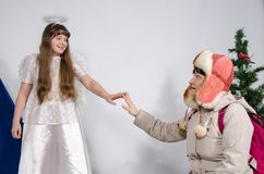 En kvinna och en flicka i en ängeldräkt royaltyfria bilder