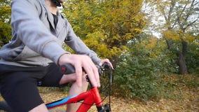En kvinna och en man som rider en cykel om höstdagen långsam rörelse stock video