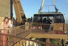 En kvinna på däcket för observation Sandia det maximala för flyg- spårväg Royaltyfri Bild