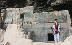 En kvinna på den lägre Cliff Dwelling på Tonto den nationella monumentet Royaltyfri Foto
