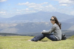 En kvinna på gräset Royaltyfri Fotografi