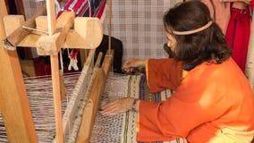 En kvinna på vävstolen Royaltyfria Foton