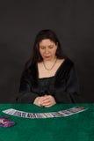 En kvinna är avläsningstarotkort Royaltyfri Foto