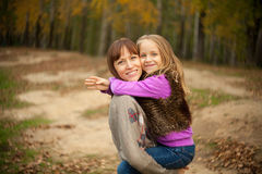 En kvinna rymmer hennes dotter i henne armar Royaltyfria Foton