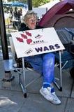 En kvinna rymmer protesttecknet på upptar L.A. Fotografering för Bildbyråer