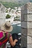 En kvinna sikt från den Dubrovnik fästningen Arkivbild