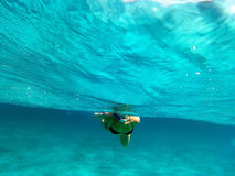 En kvinna simmar undervattens- i medelhavet royaltyfria bilder