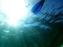 En kvinna simmar undervattens- i medelhavet royaltyfri fotografi