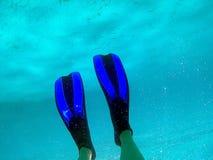 En kvinna simmar undervattens- i medelhavet Fotografering för Bildbyråer