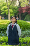 En kvinna som övar meditationen fuxing, parkerar det shanghai porslinet Fotografering för Bildbyråer