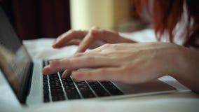 En kvinna som arbetar med en bärbar dator i hotellrummet lager videofilmer