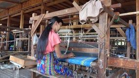 En kvinna som arbetar på fabriken i Inle, Myanmar stock video