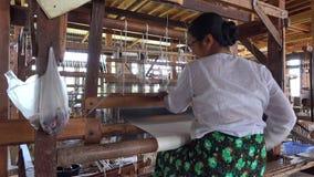 En kvinna som arbetar på fabriken i Inle, Myanmar lager videofilmer