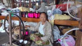En kvinna som arbetar på textilfabriken stock video