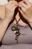 En kvinna som bär ett långt, chunkly halsband i antik brons arkivfoton
