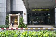 En kvinna som ber i Bangkok royaltyfri foto
