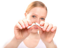 Kvinna som bryter cigaretten. röka för begreppsstopp Royaltyfria Bilder