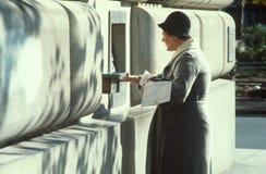 En kvinna som får henne post Arkivfoto