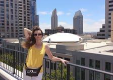 En kvinna som förbiser i stadens centrum San Diego Royaltyfria Bilder