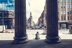 En kvinna som framme sitter av gallerit av modern konst, Glasgow, Skottland, 01 08 2017 Royaltyfri Fotografi