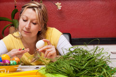 En kvinna som grejar en easter, bygga bo Arkivfoto