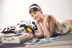 En kvinna som lyssnar till ett rekord Royaltyfri Fotografi