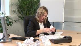 En kvinna som i regeringsställning frustreras stock video