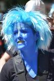 En kvinna som maskeras i blått på folkets karneval i Kreuzberg, Berlin i Juli 2015 arkivbilder