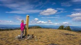 En kvinna som når toppmötet av Tod Mountain Royaltyfri Foto
