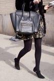 En kvinna som rymmer en Celine handväska Arkivfoto