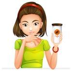 En kvinna som rymmer ett exponeringsglas av kaffe Royaltyfria Foton