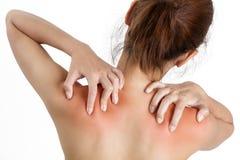 En kvinna som rymmer hennes skuldra smärtar in, med markerat rött royaltyfri foto