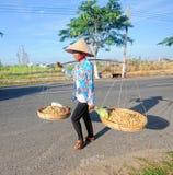 En kvinna som säljer mellanmål på gatan i ton, Vietnam Fotografering för Bildbyråer