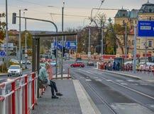 En kvinna som väntar fo-bussen i Prague, Czechia arkivbilder
