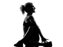 Kvinnan som värmer yoga som upp sträcker rotationskondition, göra sig till Royaltyfri Bild