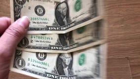 En kvinna som vinkar en fan av dollar lager videofilmer
