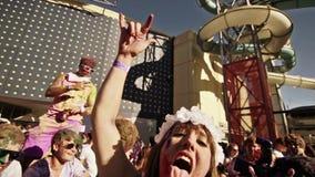 En kvinna som visar hennes tunga på en musikfestival stock video