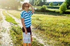 En kvinna står på en landsväg Arkivbilder