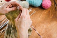 En kvinna sticker ett ullting med eker Räcker närbild arkivfoto