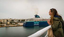 En kvinna stirrar på havet porten och de andra skeppen royaltyfri foto