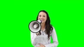 En kvinna talar på en megafon lager videofilmer