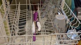 En kvinna tar bort disk, efter de har varit f?rdigt vara influtna en diskare arkivfoto