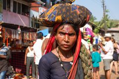 En kvinna vallfärdar bär en packe med saker på hennes huvud Beröm av Maha Shivaratri Indien Karnataka, Gokarna Februari 201 Fotografering för Bildbyråer