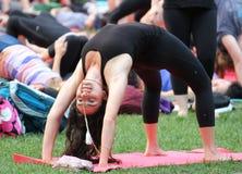 En kvinna visar en yoga poserar Arkivfoton