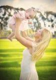 En kvinnas glädje av moderskap Fotografering för Bildbyråer