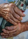 En kvinnas händer som rymmer ett makthjälpmedel royaltyfri fotografi