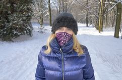 En kvinnastående en face i vinterlandskapet royaltyfri foto