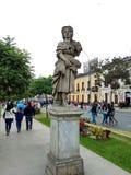 En kvinnastaty i mitten av Lima, Peru Arkivbilder