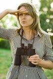 En kvinnautforskare använder utomhus- svart kikare - fotografering för bildbyråer