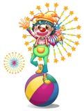 En kvinnlig clown ovanför den färgrika bollen Arkivbild